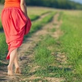女性 後姿 草原