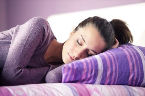 女性 寝る 眠る 休憩