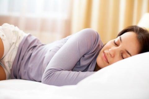 女性 睡眠 枕 眠る