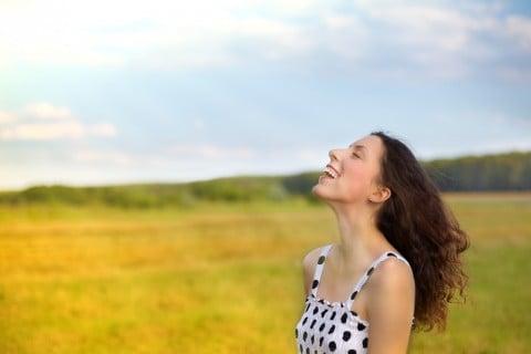 女性 笑顔 リラックス