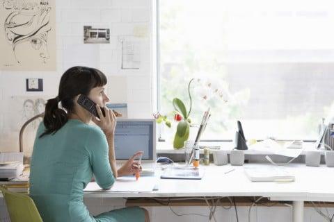 女性 電話 報告