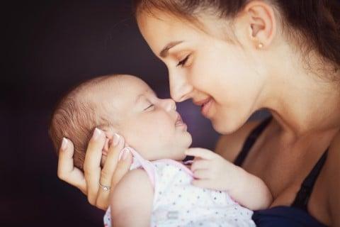 女性 赤ちゃん お母さん