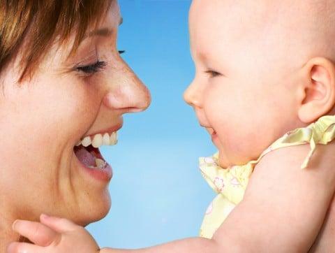 女性 母親 子供 赤ちゃん 笑顔