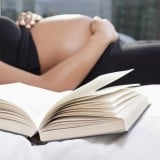 妊婦 仰向け 眠る 本 寝る
