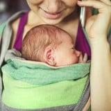 女性 携帯電話 赤ちゃん