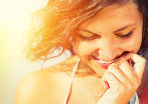 女性 笑顔 夕日
