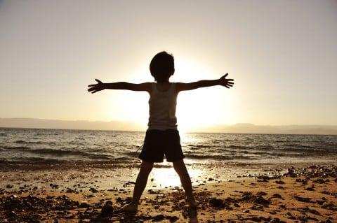 男の子 子供 太陽 シルエット