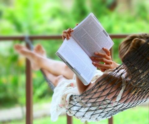 リラックス 女性 本 読書