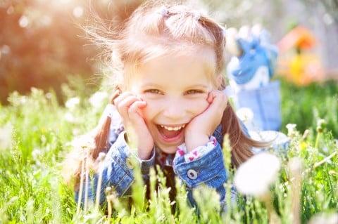 女の子 草原 公園 笑顔
