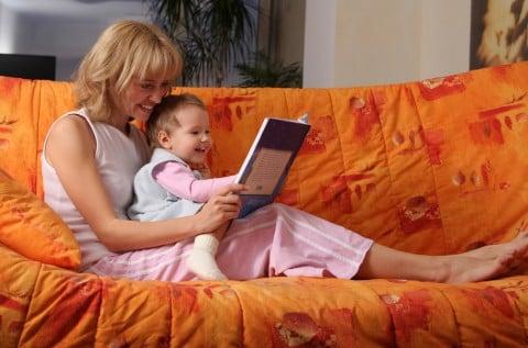 子供 母親 絵本 読み聞かせ