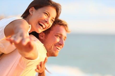 夫婦 カップル 女性 男性 ハッピー 笑顔