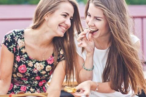 女性 会話 笑顔