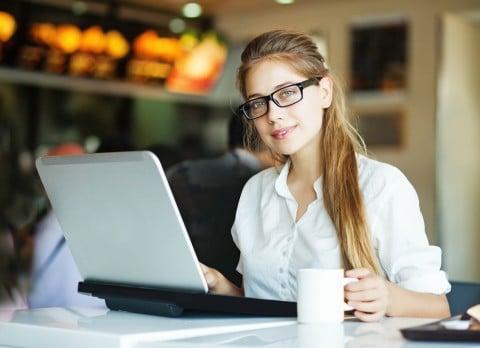 女性 調べもの 紅茶 パソコン
