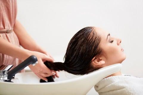 女性 美容院 シャンプー
