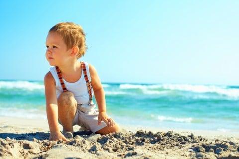 男の子 海 砂浜