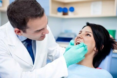 女性 歯医者 治療