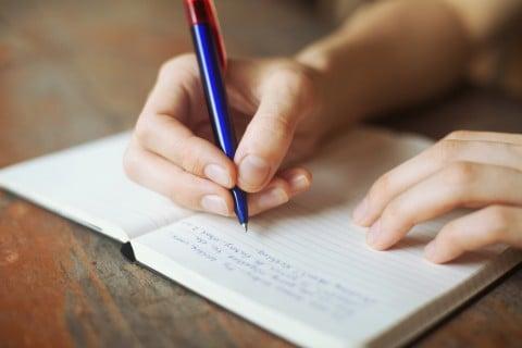 女性 ペン 本 調べる 勉強