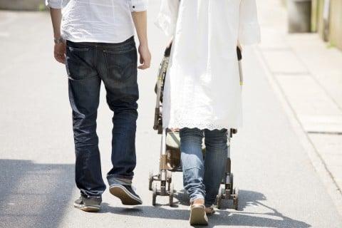日本人 家族 散歩 赤ちゃん 夫婦