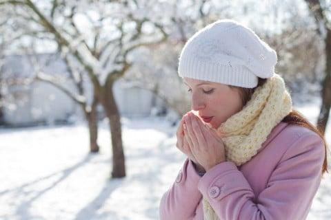 女性 雪 冬 寒い