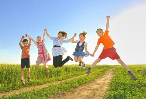 子供 元気 5人 ジャンプ