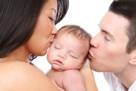 親子 両親 新生児 キス