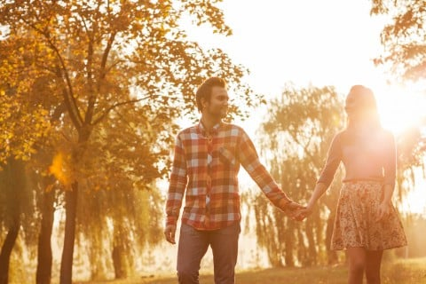 男女 カップル 夫婦 手つなぎ 公園 散歩