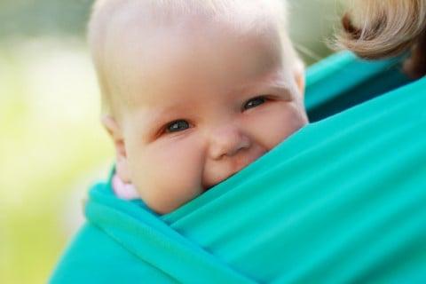 赤ちゃん スリング 抱っこ 笑顔