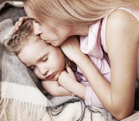 子供 ママ お母さん 親子 キス つらい 病気