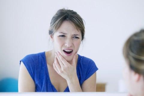 歯痛 歯 痛み 女性 鏡
