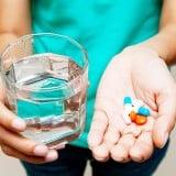 薬 女性 服用 飲む コップ 水