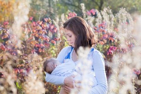 赤ちゃん 授乳 ママ 花畑
