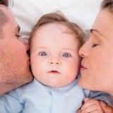 赤ちゃん ほっぺ 頬 キス 父親 母親 親子 新生児