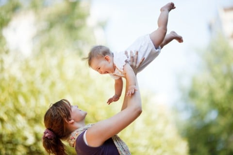 赤ちゃん ママ 子供 親子 遊ぶ 外 高い高い