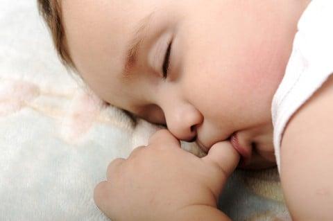 赤ちゃん 目 アップ 睡眠 寝る 指しゃぶり 親指