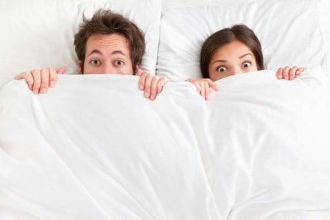 男女 カップル ベッド 驚き 困惑