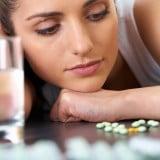 女性 薬 飲む コップ