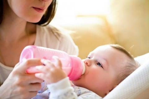 新生児 乳児 ミルク 赤ちゃん 哺乳瓶 ママ