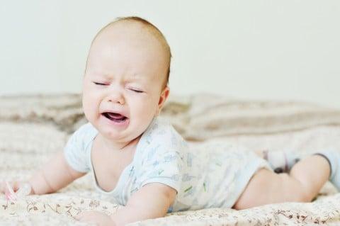 赤ちゃん 泣く うつ伏せ 泣き顔