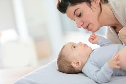 赤ちゃん 耳 ママ 乳幼児 チェック 確認 見詰め合う