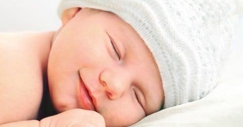 赤ちゃん 新生児 目 寝顔 睡眠
