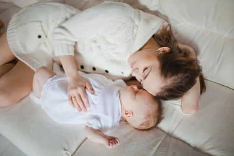 赤ちゃん 寝かしつけ ママ 寝る 睡眠 就寝