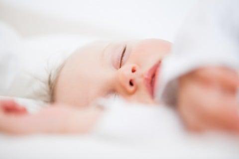 赤ちゃん 寝る 睡眠 ベッド 寝顔