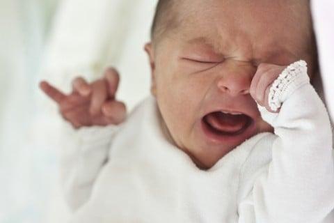 赤ちゃん 泣く 口 泣き顔 新生児