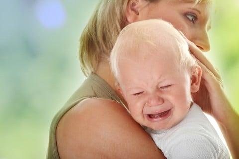 赤ちゃん 涙 泣く 抱っこ 泣き顔