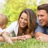 夫婦 カップル 親子 赤ちゃん 遊ぶ 外 笑顔