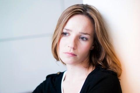 女性 不安 疑問 悩み 悲しみ 心配