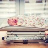 赤ちゃん 新生児 体重 泣く 測定 秤 体重計