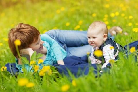 親子 赤ちゃん お出かけ 外 外出 庭 公園