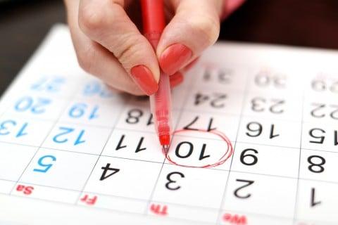 女性 カレンダー 赤ペン チェック