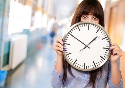女性 時計 時間 タイム 遅い 早い 時差 驚き びっくり